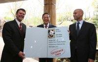 """在美国首都华盛顿国家动物园举行的新闻发布会上,中国驻美国大使周文重(中)把大熊猫""""泰山""""的""""护照""""交给动物园园长约翰·贝里(左)和华盛顿市市长芬迪。当日,周文重大使代表中国政府宣布,在该动物园出"""